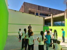 A coach from Squash Para Todos leads a local school session